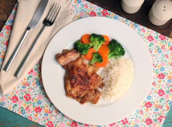 Sobrecoxa ao curry + arroz branco + brócolis com cenoura