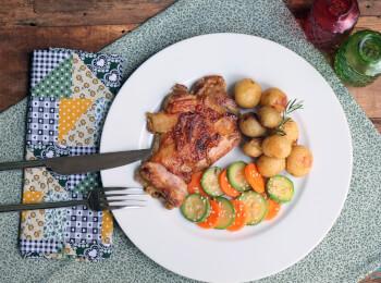 Sobrecoxa ao curry + batata ao alecrim + abobrinha com cenoura e mix gold