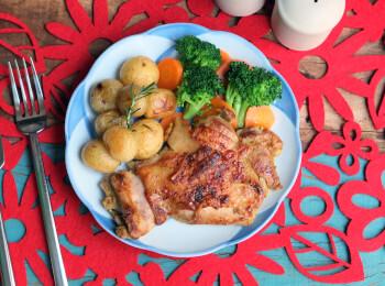Sobrecoxa ao curry + batata ao alecrim + brócolis com cenoura