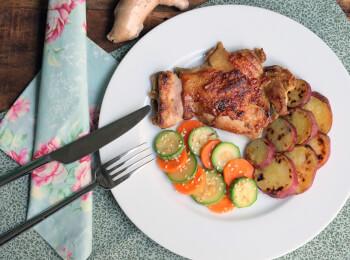 Sobrecoxa ao curry + batata doce + abobrinha com cenoura e mix gold