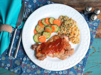 Sobrecoxa agridoce + couscous marroquino + abobrinha com cenoura e mix gold