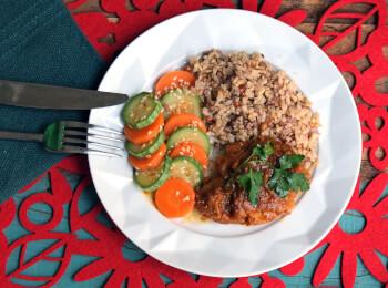 Sobrecoxa caipira + arroz 7 grãos + abobrinha com cenoura e mix gold