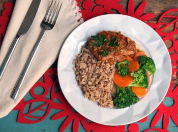 Sobrecoxa caipira + arroz 7 grãos + brócolis com cenoura