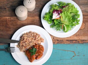 Sobrecoxa caipira + arroz 7 grãos + salada