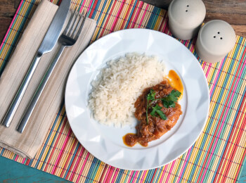 Sobrecoxa caipira + arroz branco