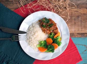 Sobrecoxa caipira + arroz branco + brócolis com cenoura