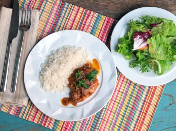 Sobrecoxa caipira + arroz branco + salada