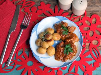 Sobrecoxa caipira + batata ao alecrim