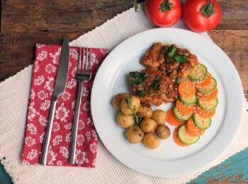 Sobrecoxa caipira + batata ao alecrim + abobrinha com cenoura e mix gold