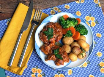 Sobrecoxa caipira + batata ao alecrim + brócolis com cenoura