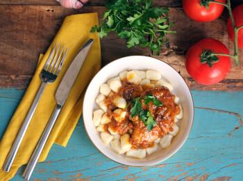 Sobrecoxa caipira + nhoque de batata