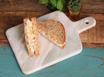 Sanduíche Frango desfiado com cenoura, milho e mix de ervas