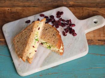 Sanduíche Queijo com Cranberry e cebolinha