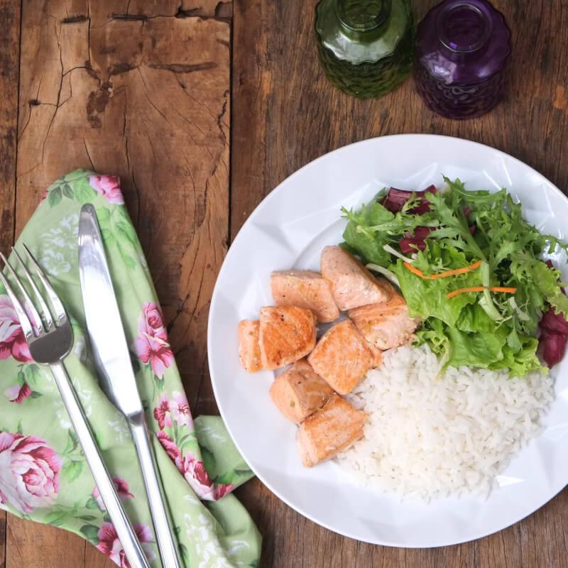 Salmão grelhado + arroz branco + salada