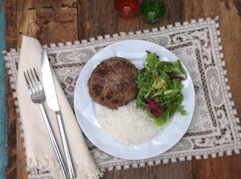 Hambúrguer de fraldinha com arroz branco e salada