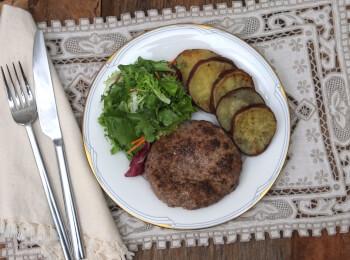 Hambúrguer de fraldinha com batata doce e salada