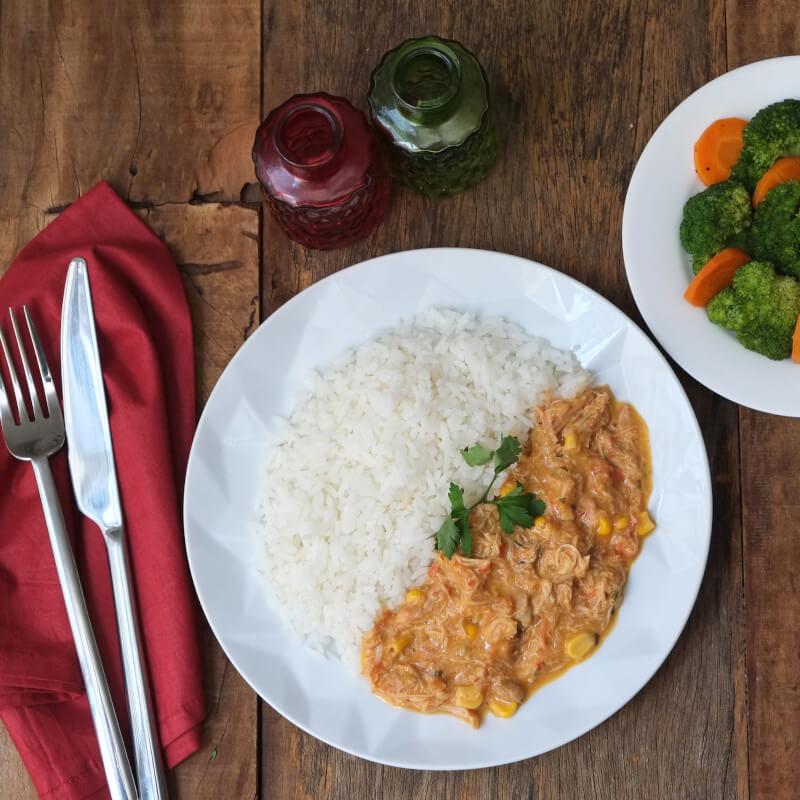 Fricassé de frango + arroz branco + brócolis com cenoura