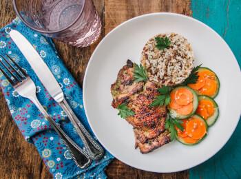 Sobrecoxa grelhada + arroz + abobrinha com cenoura e mix gold