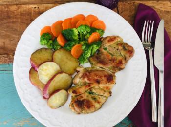Sobrecoxa grelhada + batata doce + brócolis com cenoura