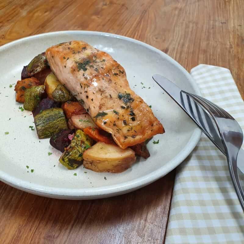 Salmão grelhado + legumes assados com azeite de ervas