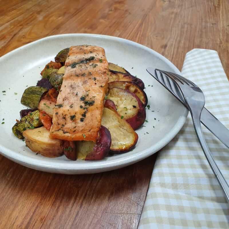 Salmão grelhado + batata doce + legumes assados