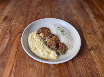 Sobrecoxa grelhada + arroz + creme de milho