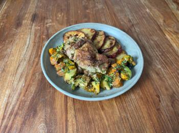 Sobrecoxa grelhada + batata doce + legumes assados