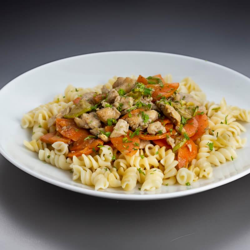 Parafuso com frango e legumes no azeite de ervas