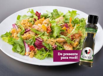 Salada de folhas com quinoa e frango grelhado