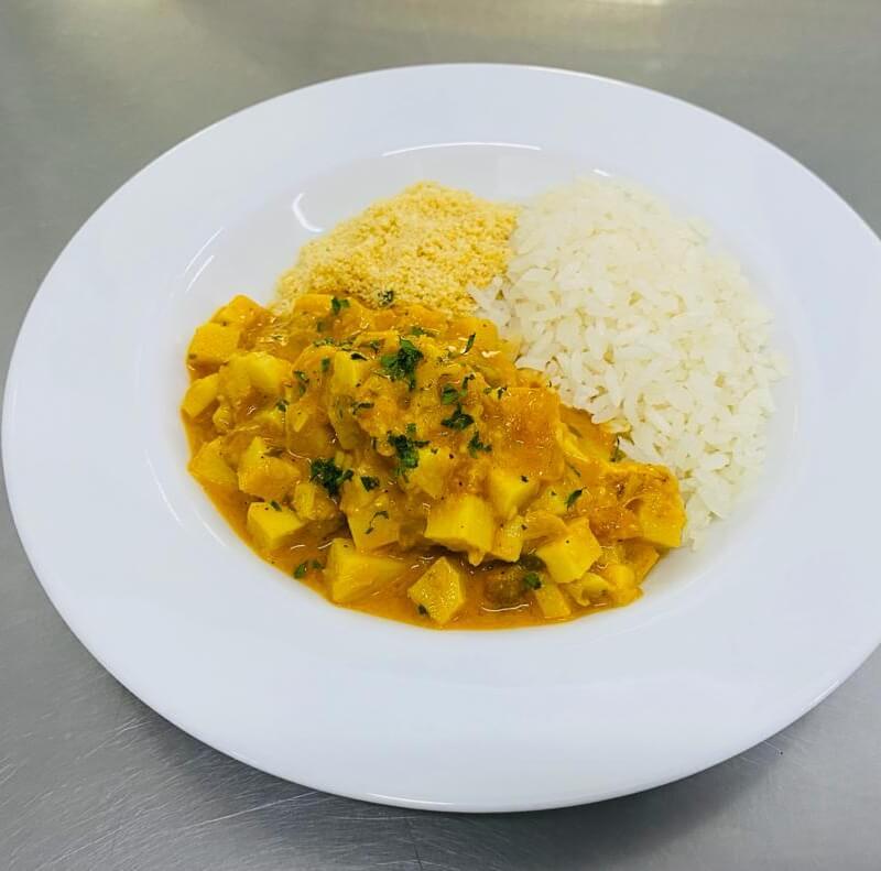 Moqueca de pupunha com arroz e farofa de quinoa