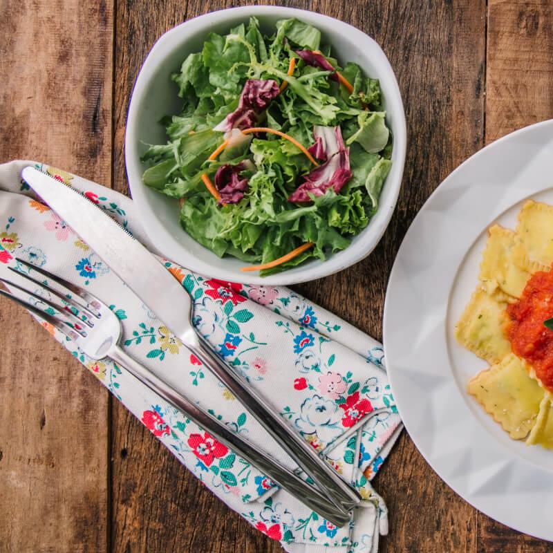Ravioli de espinafre e ricota + molho ao sugo + salada com molho azeite e limão