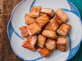 Salmão grelhado em cubos