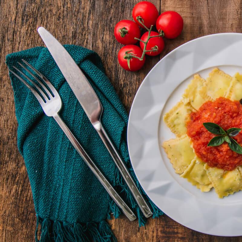 Ravioli de espinafre e ricota + molho ao sugo