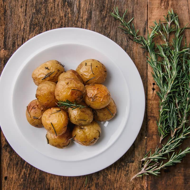 Batata bolinha na manteiga com alecrim