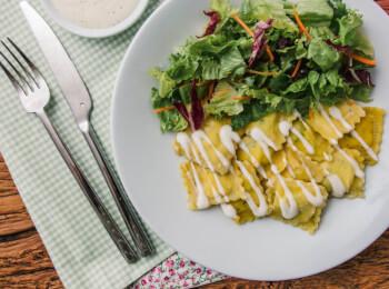 Ravioli de espinafre e ricota + molho béchamel + salada com molho azeite e limão