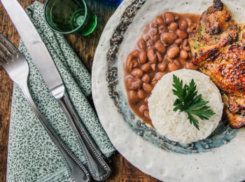 Sobrecoxa grelhada + arroz branco + feijão carioca