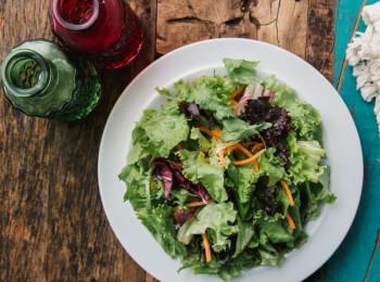 Salada com molho azeite e limão