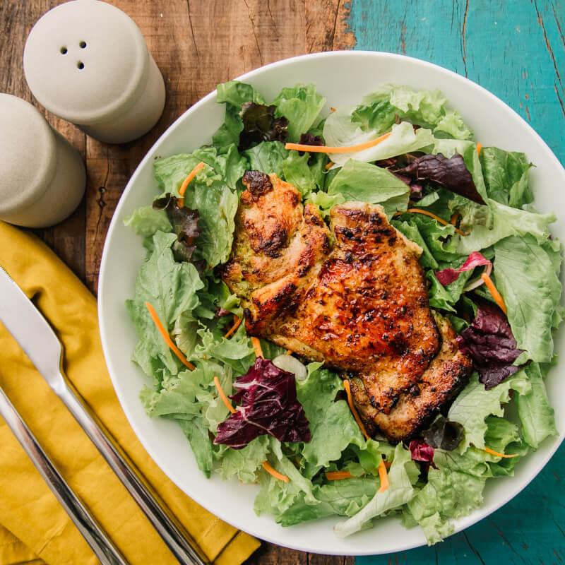Sobrecoxa grelhada + salada com molho azeite e limão