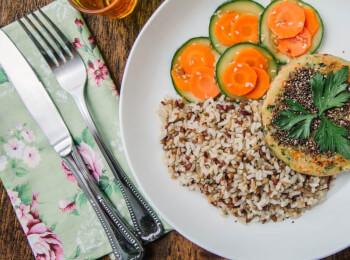 Burger veggie de batata doce e legumes com chia + arroz 7 grãos + abobrinha com cenoura e mix gold