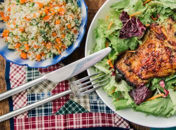 Sobrecoxa grelhada + couscous marroquino c/ abobrinha e cenoura + salada com molho azeite e limão