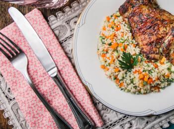 Sobrecoxa grelhada + couscous marroquino c/ abobrinha e cenoura