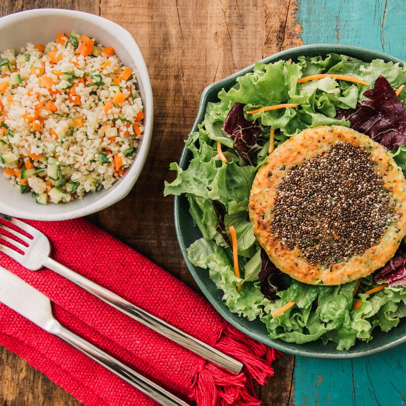 Burger veggie de batata doce e legumes com chia + couscous marroquino c/ abobrinha e cenoura + salada com molho azeite e limão