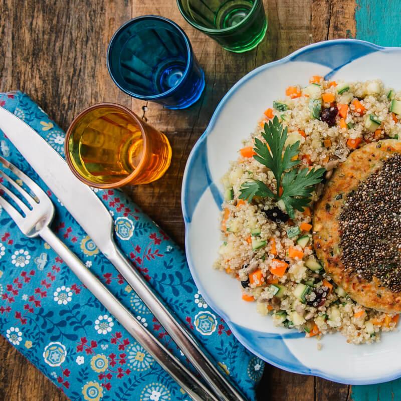 Burger veggie de batata doce e legumes com chia + quinoa c/ abobrinha, cenoura e cranberry