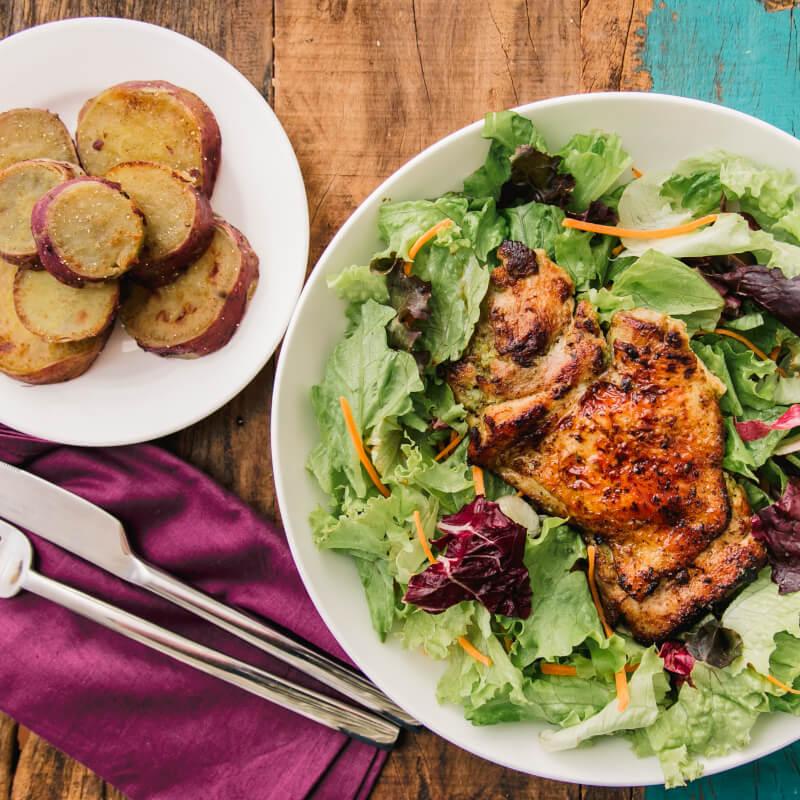 Sobrecoxa grelhada + batata doce no azeite + salada com molho azeite e limão