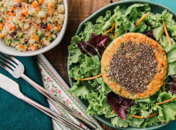 Burger veggie de batata doce e legumes com chia + quinoa c/ abobrinha, cenoura e cranberry + salada com molho azeite e limão