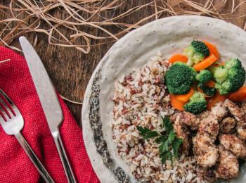 Frango ao dijon com crosta de quinoa, aveia e linhaça + arroz 7 grãos + brócolis com cenoura