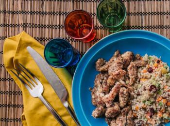 Frango ao dijon com crosta de quinoa, aveia e linhaça + quinoa c/ abobrinha, cenoura e cranberry