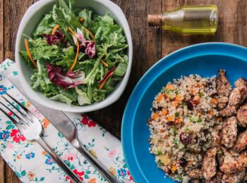 Frango ao dijon com crosta de quinoa, aveia e linhaça + quinoa c/ abobrinha, cenoura e cranberry + salada com molho azeite e limão