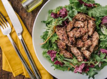 Frango ao dijon com crosta de quinoa, aveia e linhaça + salada com molho azeite e limão