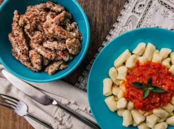 Frango ao dijon com crosta de quinoa, aveia e linhaça + nhoque de batata + molho ao sugo